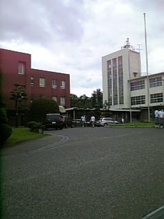 画面左の建物は