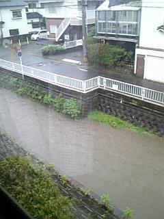 家の横の川が