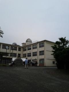 校舎の両側を…