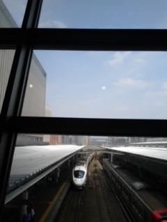 右の電車が…