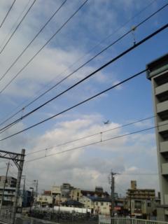 上空を飛行機が…